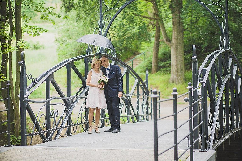 sesja ślubana w deszczu